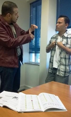 Alexandre interpreta alguns termos de trânsito para Jonas (Foto: Adriane Souza/G1)