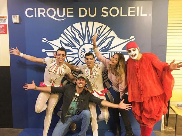 Nando Rodrigues e Yasmin Volpato com artistas do Cirque Du Soleil (Foto: Reprodução/Instagram)