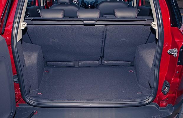 Porta-malas de 332 litros é inferior ao volume do Renault Sandero (Foto: Bruno Guerreiro/Autoesporte)