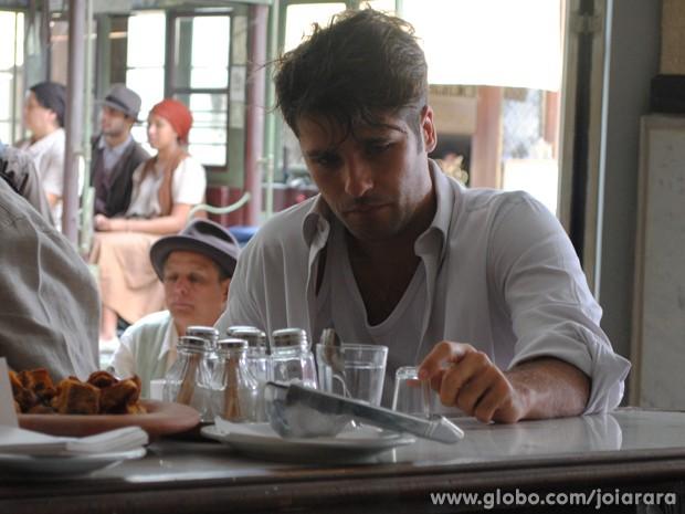 Franz é visto todo maltrapilho e bêbado em botequim (Foto: Joia Rara/ TV Globo)