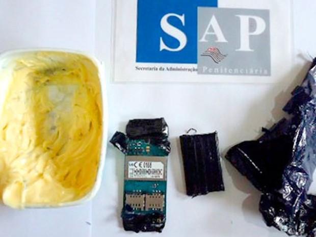 Aparelho celular estava em pote de margarina  (Foto: Divulgação / Polícia Militar)