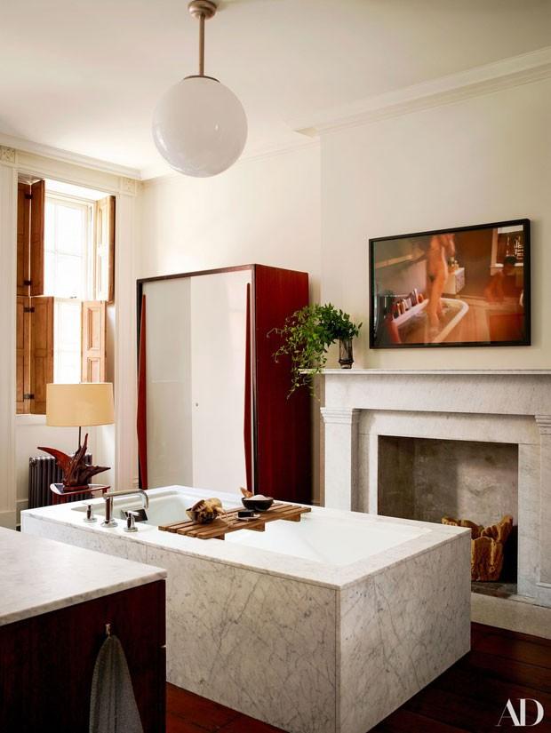 O banheiro principal da casa da atriz Julianne Moore (Foto: Reprodução Architectural Digest)