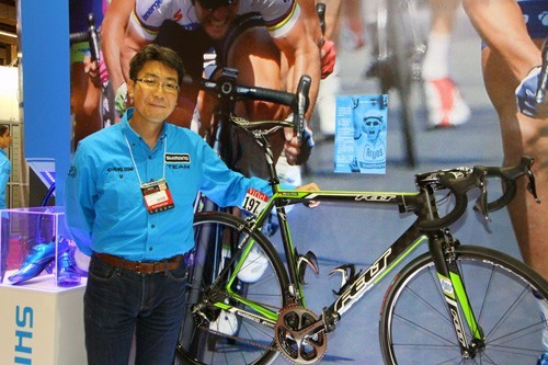 Fábio Takayanagi no stand da marca