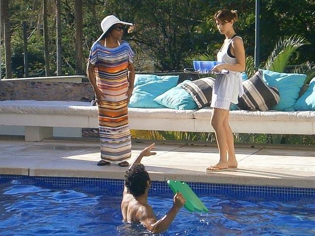 Na piscina cheio de mordomia, Sandro dá uma de patrão com Isadora (Foto: Cheias de Charme / TV Globo)