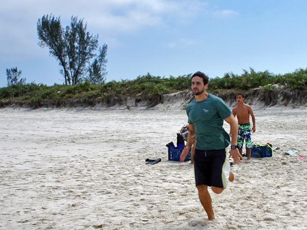 Cezar corre desesperado para salvar Fatinha, que finge estar se afogando (Foto: Malhação / TV Globo)