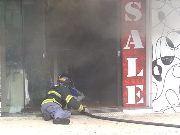 Bombeiros combateram chamas no centro da cidade (Foto: Kevin Della Torre)