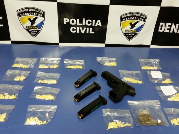 Comprimidos de ecstasy e arma foram encontrados com suspeito (Foto: Divulgação/Denarc)