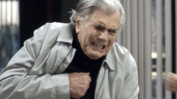 Fausto (Tarcísio Meira) sofre um infarto na novela A Lei do Amor (Foto: Reprodução / Globo)