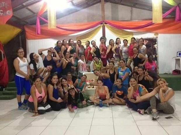 65724eb5bf4 Colaboradores unidos para ajudar familias carentes (Foto  Projeto Dance  Comigo Divulgaçao)
