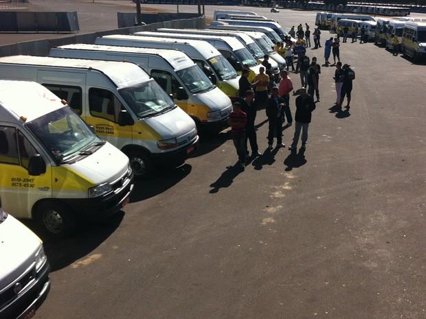 Grupo de motoristas de vans escolares reclamam de padronização no setor (Foto: Gabriel Luiz/G1)