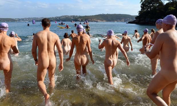 Australianos caem no mar sem roupa para prova de natação (Foto: William West/AFP)