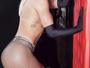 Vanessa Mesquita faz topless em ensaio em clima sadomasoquista