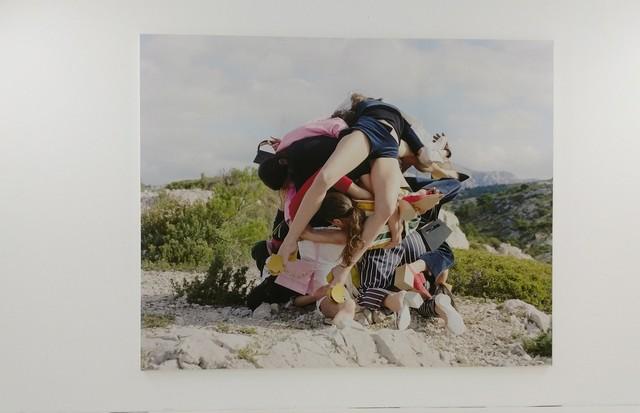 Nas fotografias de David Luraschi, as esculturas humanas inspiradas em Wili Dorner vestem Jacquemus (Foto: Guga Santos)