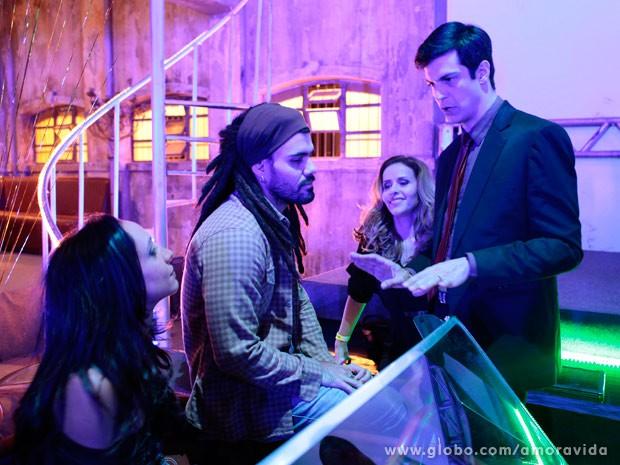 Félix quer convencer Ninho a sequestrar Paulinha (Foto: Amor à Vida)