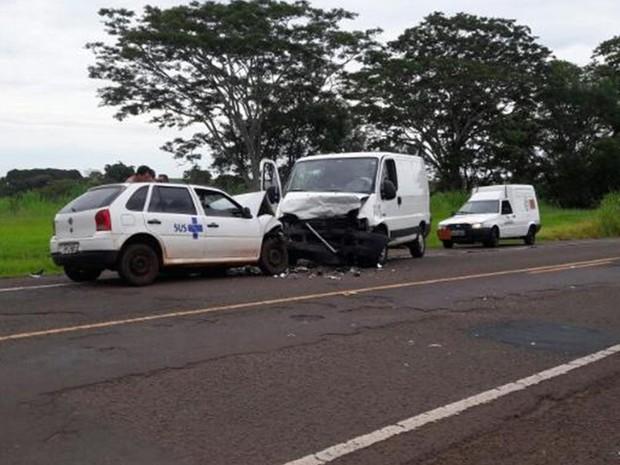 Carro e van bateram de frente em rodovia (Foto: Luciano Cardoso/Colaboração)