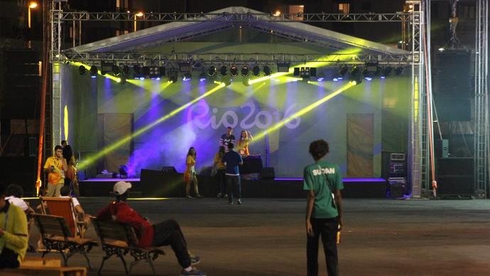 Dupla de DJs brasileiros tocam som na Vila Olímpica (Foto: Diego Guichard)