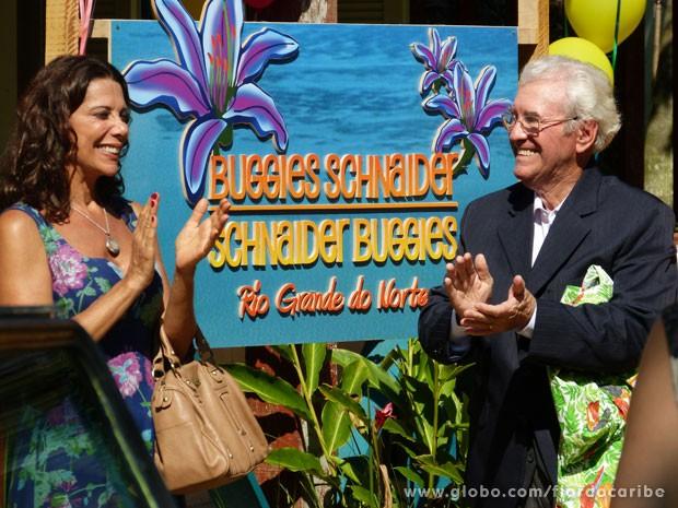 Samuel apresenta a empresa para os moradores de Vila dos Ventos (Foto: Flor do Caribe / TV Globo)