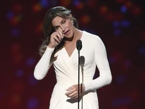 Caitlyn Jenner se emociona ao receber o prêmio Arthur Ashe Award por sua coragem no ESPY Awards, em Los Angeles (Foto: Chris Pizzello/Invision/AP)
