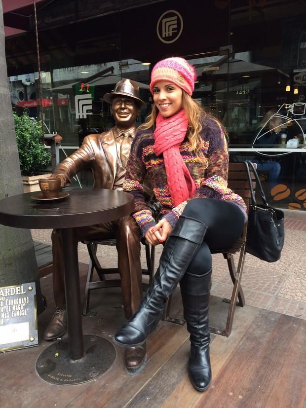 Renata Santos ao lado da estátua de Carlos Gardel (Foto: Divulgação)
