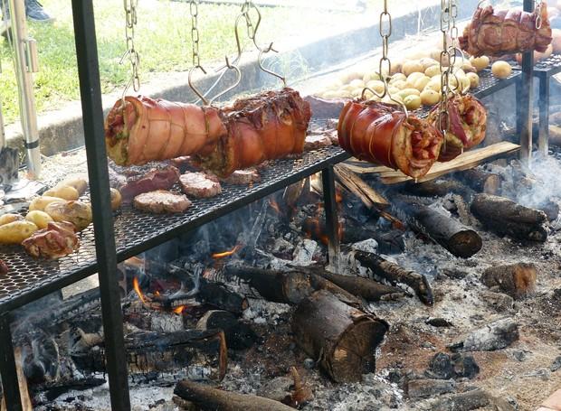 Uma barraca especializada em churrasco assou carnes variadas penduradas em um grande varal (Foto: Tk Santos/ RPC)