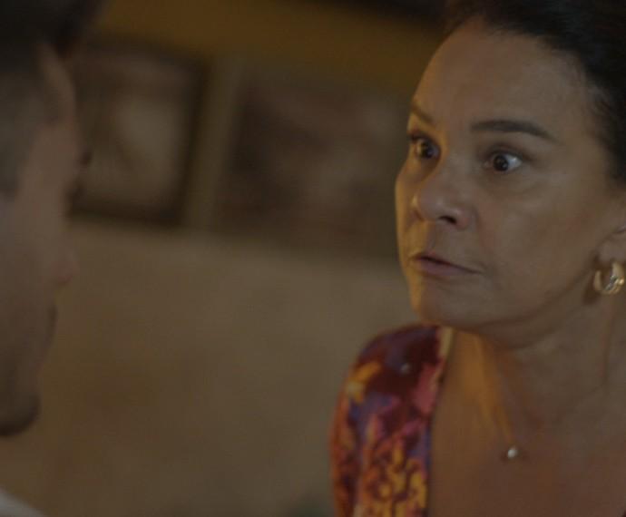 Vanda dá bronca no filho (Foto: TV Globo)