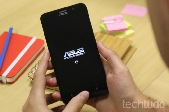 Zenfone 2 tem tela Full HD de 1080p (Foto: Lucas Mendes/TechTudo)