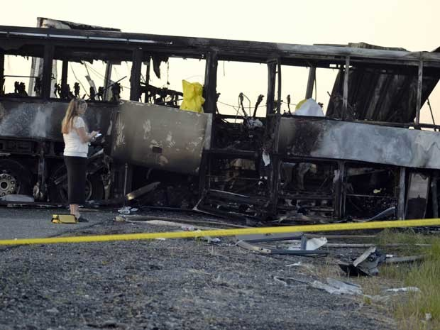 Perita da polícia local analisa destroços dos veículos envolvidos no acidente. (Foto: Dan Reidel / Chico Interprise Record / via Reuters)