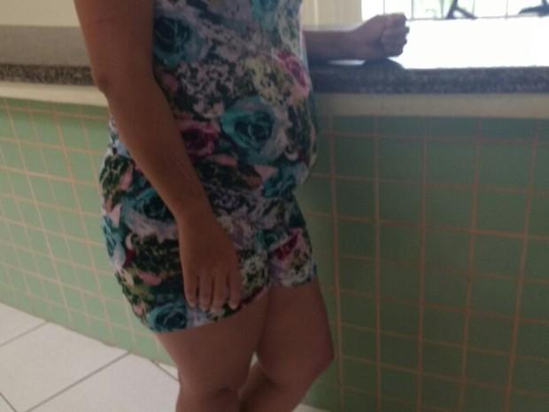 Uma das moradoras da casa está grávida; ela peda mais segurança (Foto: Quésia Melo/G1)