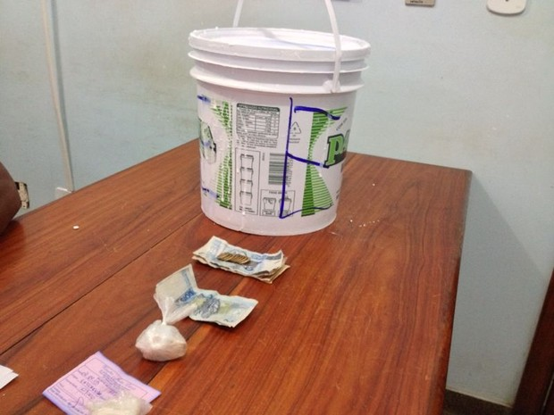 Droga foi encontrada dentro de balde contendo farinha de tapioca (Foto: Abinoan Santiago/G1)
