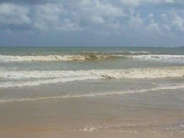 Mancha amarelada apareceu na praia de Ponta Negra neste sábado (8) (Foto: André Henrique Silva/Arquivo pessoal)