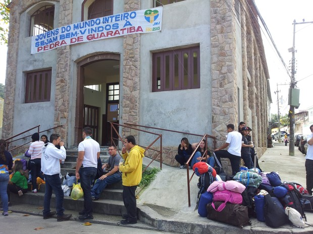 Peregrinos na igreja em Guaratiba (Foto: Alba Valéria Mendonça/G1)