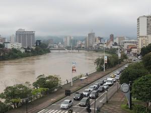 Previsão da Defesa Civil é que no começo da noite o rio Itajaí-Açu alcance oito metros (Foto: Diego Madruga/G1)