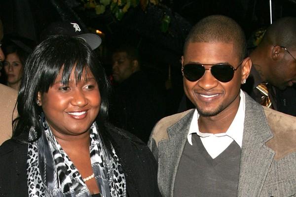 A mãe de Usher foi sua agente por anos, mas quando o cantor se casou pela primeira vez, ele a demitiu. Com o fim do casamento, ele a contratou novamente. Um ano depois ele a demitiu mais uma vez depois de conhecer sua atual namorada (e agente) (Foto: Getty Images)
