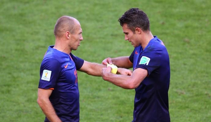 Robben recebe de Robin van Persie a braçadeira de capitão contra a Austrália (Foto: Agência Getty Images)