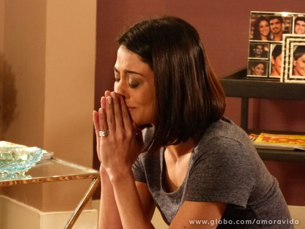 A advogada chora ao contar a verdade (Foto: Amor à Vida/TV Globo)