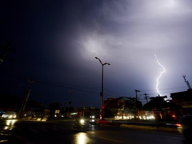 Apagão atingiu Manaus na noite desta terça-feira (18) e deixou as ruas no escuro (Foto: Chico Batata)
