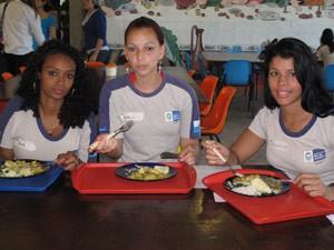 As colega Ana Carolina, Andreza e Edileiza: só elogios para o tempero picante do prato (Foto: Lilian Quaino/G1)