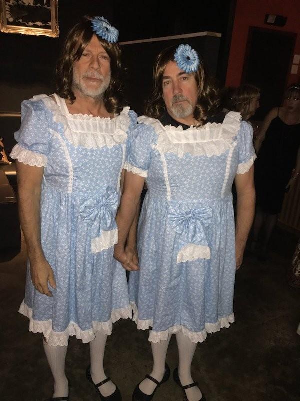 O ator Bruce Willis vestido como uma das gêmeas de O Iluminado (1980) junto com um amigo (Foto: Twitter)