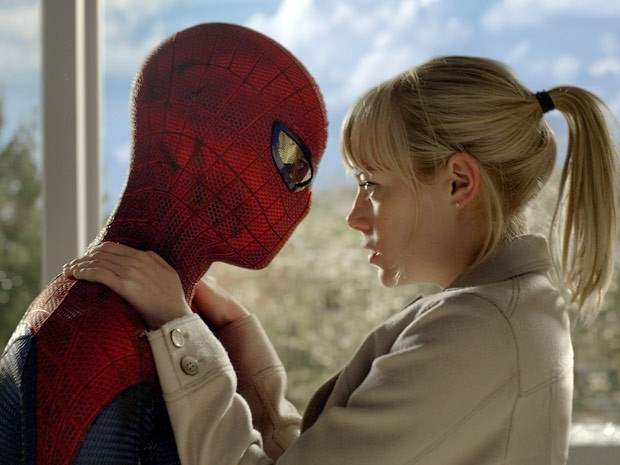 Andrew Garfield, o novo Homem-Aranha, consola Emma Stone durante cena do filme 'O espetacular Homem-Aranha' (Foto: Divulga&ccedil;&atilde;o)