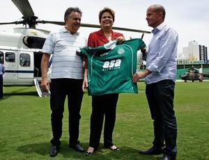 Dilma Rousseff recebe camisa do Guarani, ao lado de Roberto Constantino e Marcelo Mingone (Foto: Uéber F. Rosário / Mira e Clica)