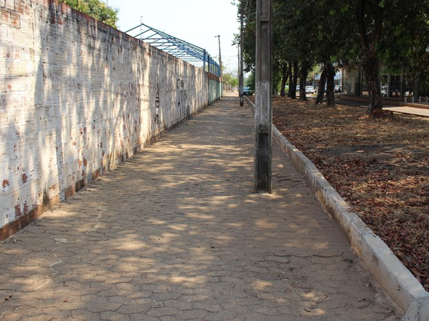 Postes fecham a passagem de veículos totalmente na 105 Norte (Foto: Patrício Reis/G1)