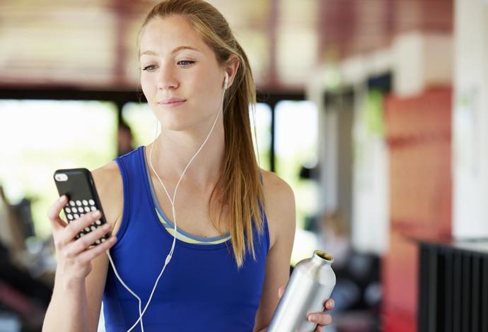 Mulher olhando o celular euatleta (Foto: Getty Images)