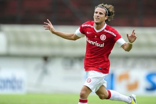 Forlán comemora gol contra o Esportivo (Foto: Alexandre Lops/Divulgação, Inter)