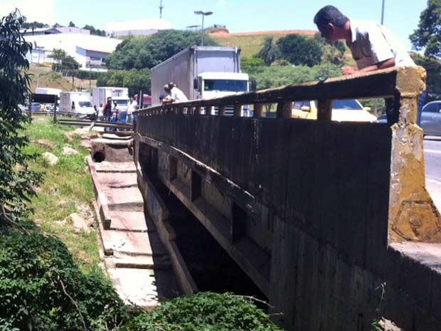 Rio Cotia, km 28 da Raposo Tavares (Foto: Paulo Toledo Piza/G1)