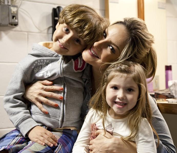 Claudia Leitte com o filho mais velho, Davi, e Lara, filha de Daniel (Foto: Fabiano Battaglin/Gshow)