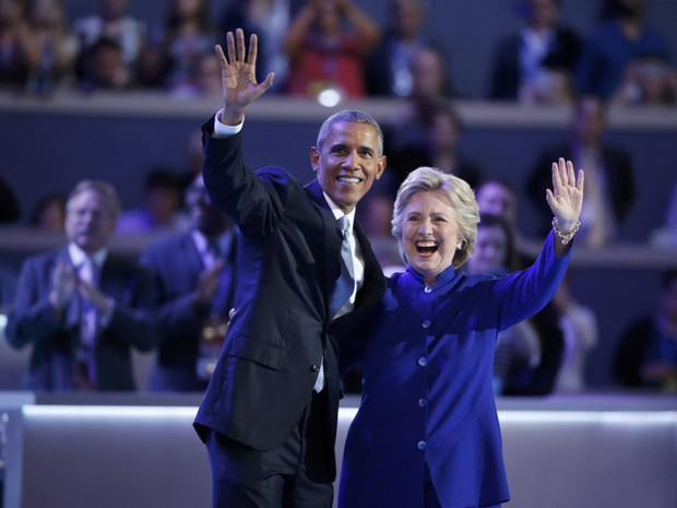 Hillary apareceu no fim do discurso de Obama para saudá-lo na convenção democrata (Foto: Lucy Nicholson/Reuters)