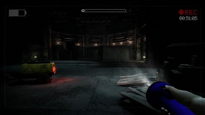 Use a câmera e a lanterna para se guiar nos lugares escuros (Foto: Divulgação)