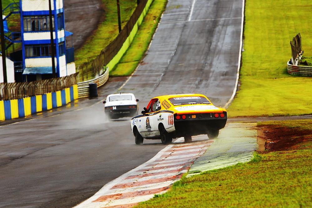 Rodrigo Helal #113 na perseguição a Rafael Lopes #54 na reta dos boxes (Foto: Humberto Silva/OSR)