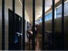 Presos reformam celas de delegacia enquanto esperam vaga em presídios