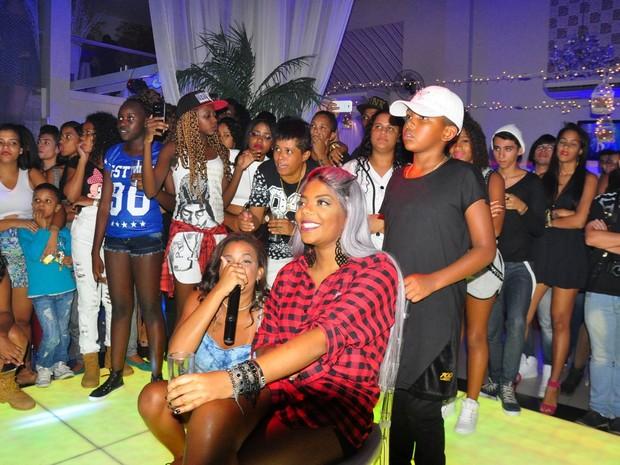 Ludmilla com fãs em festa no Rio (Foto: Robson Barreto/ Brazil News)